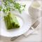 Зеленые блины с лососем, крем-сыром и яйцом пашот