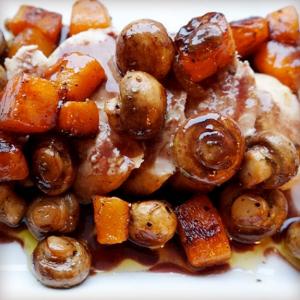Подкопченная курица с поджаренной тыквой и грибами