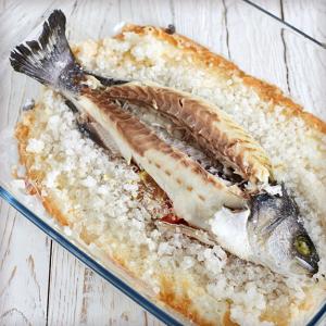 Сибас, запеченный в  морской соли