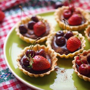 Тарталетки с шоколадным ганашем и ягодами