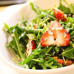 Скандинавский салат с каперсами из одуванчиков