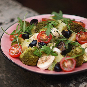 Картопля з соусом песто, моцарелою, оливками і овочами