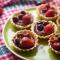 Тарталетки з шоколадним ганашем і ягодами