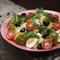 Картофель с соусом песто, моцареллой, оливками и овощами